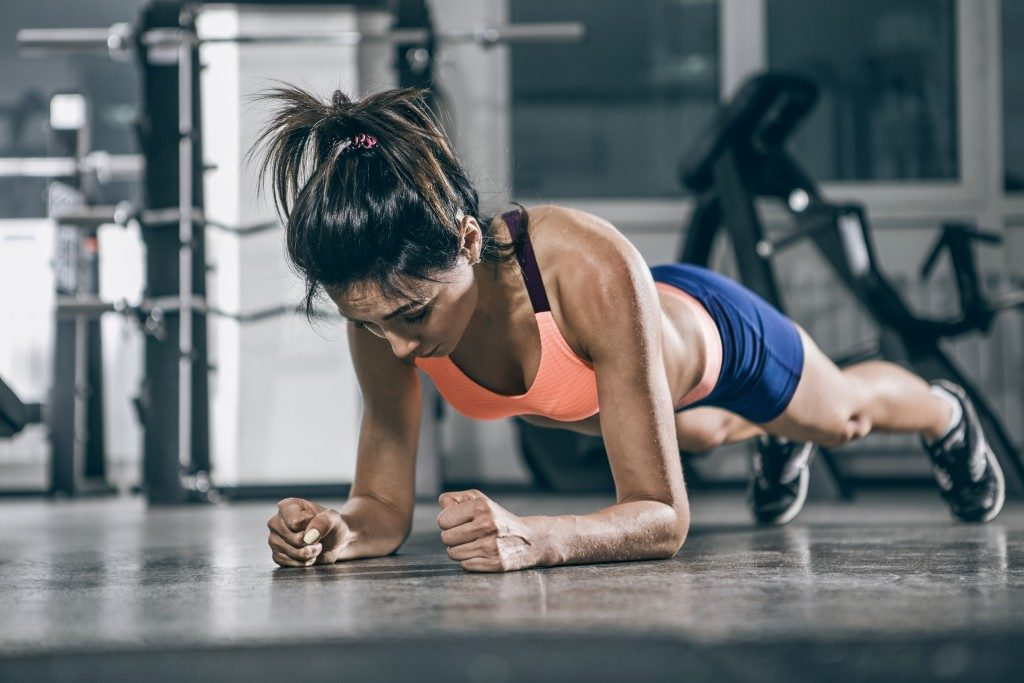 woman doing planks
